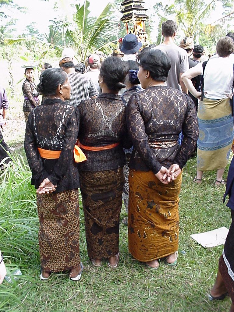 Donne a un Funerale a Bali