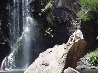 Sotto una cascata australiana