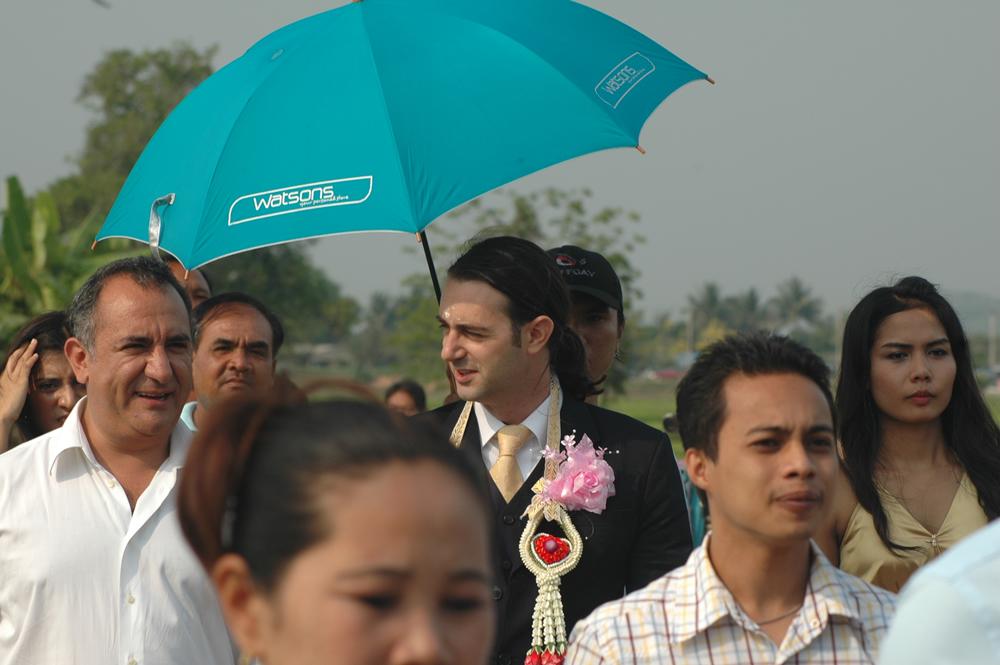 Un uomo e un ombrello