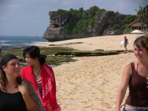 la spiaggia vicino alla quale viviamo e alcune local girls