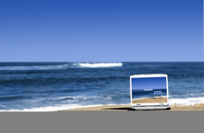 Laptop in spiaggia