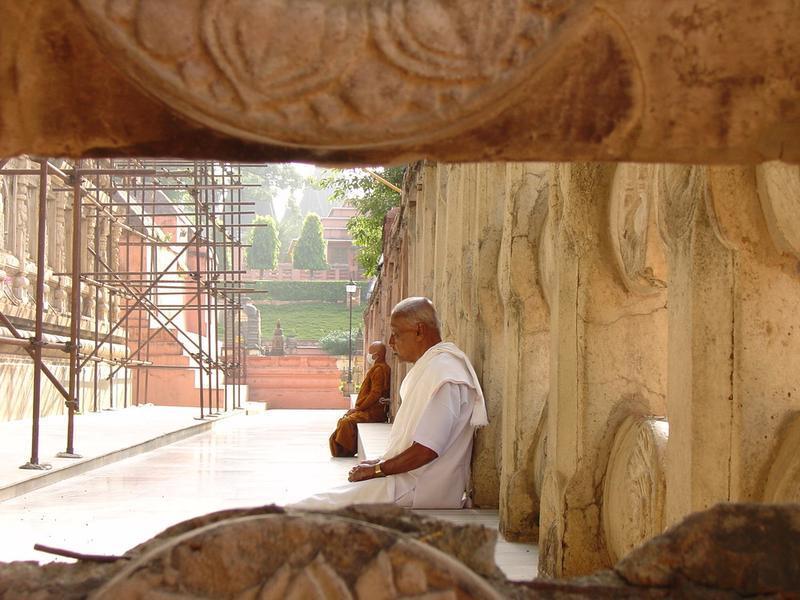 monaci di vari colori al tempio di bodhgaya, dove il Buddha ebbe l'illuminazione. Come possiamo notare, non hanno uno smartphone in mano. O si?